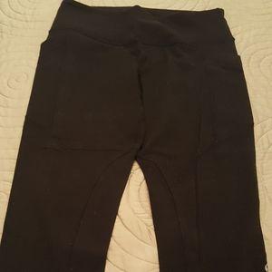 Lululemon black crops with side pockets size 8